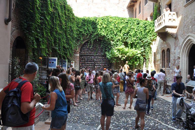 Der Balkon Von Romeo Und Julia In Verona Ist Ein Touristenmagnet Am
