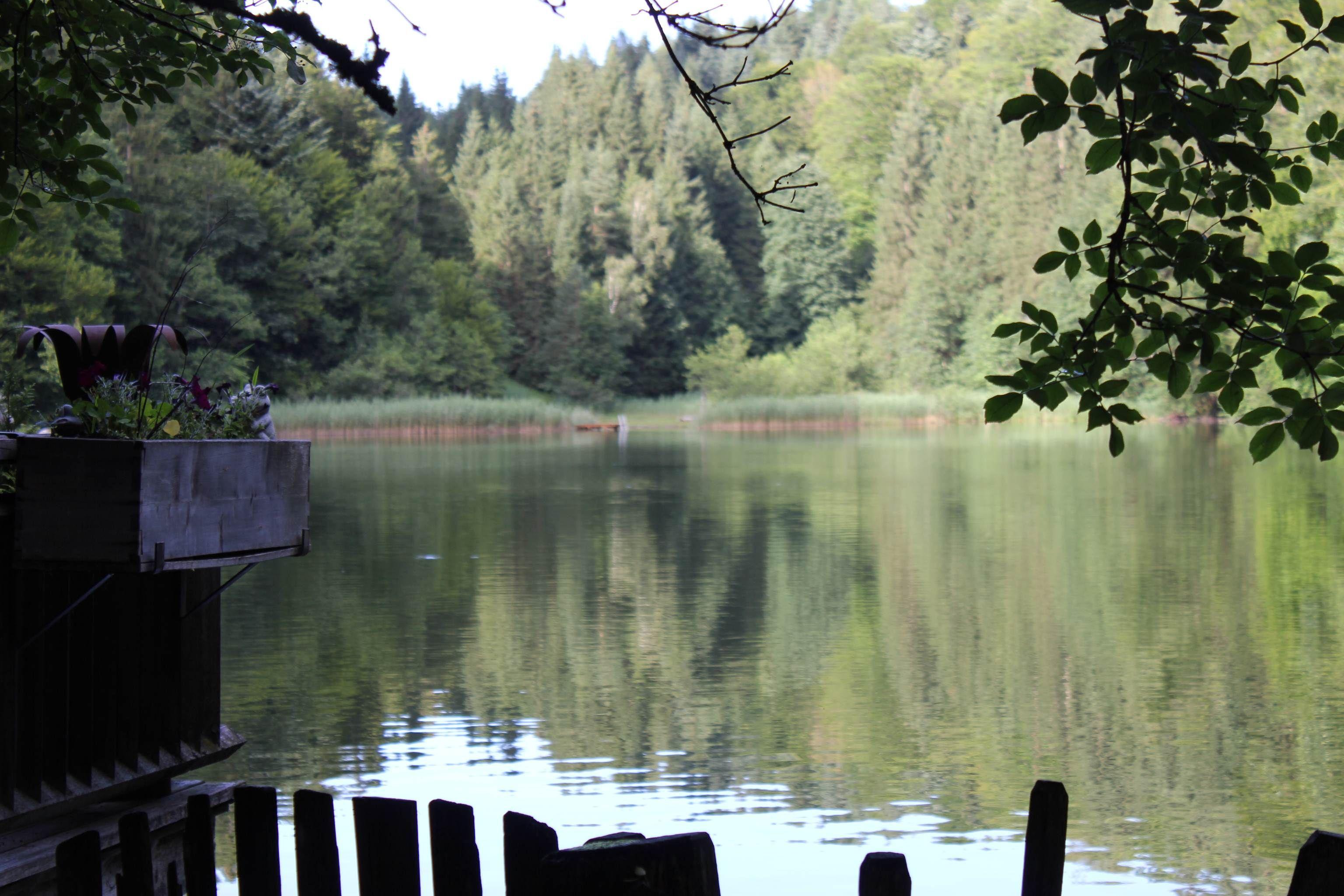 Hütte am einsamen Bergsee