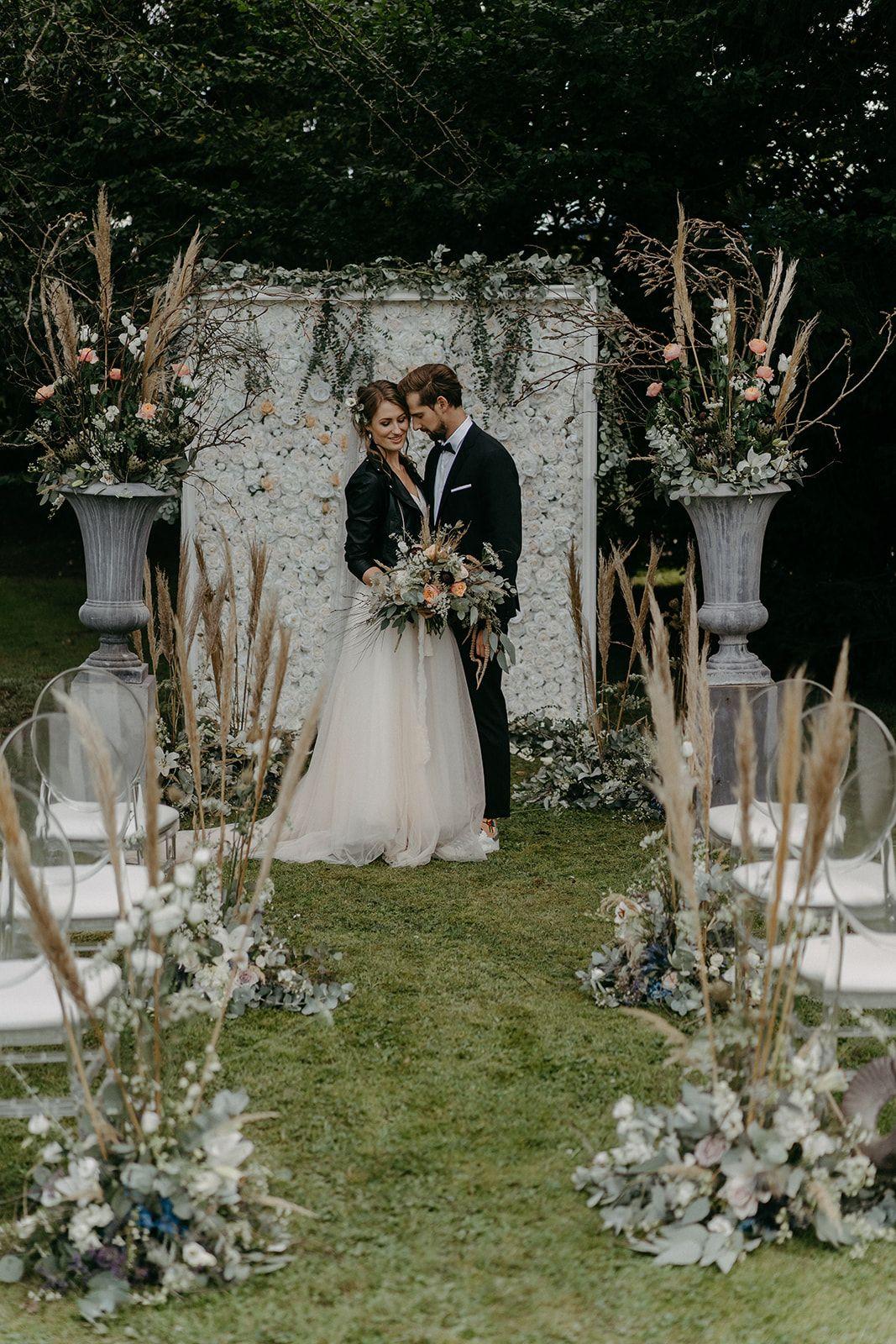 Outdoor Zeremonie mit Flower Wall #Pampasgras Hochzeit #Freie