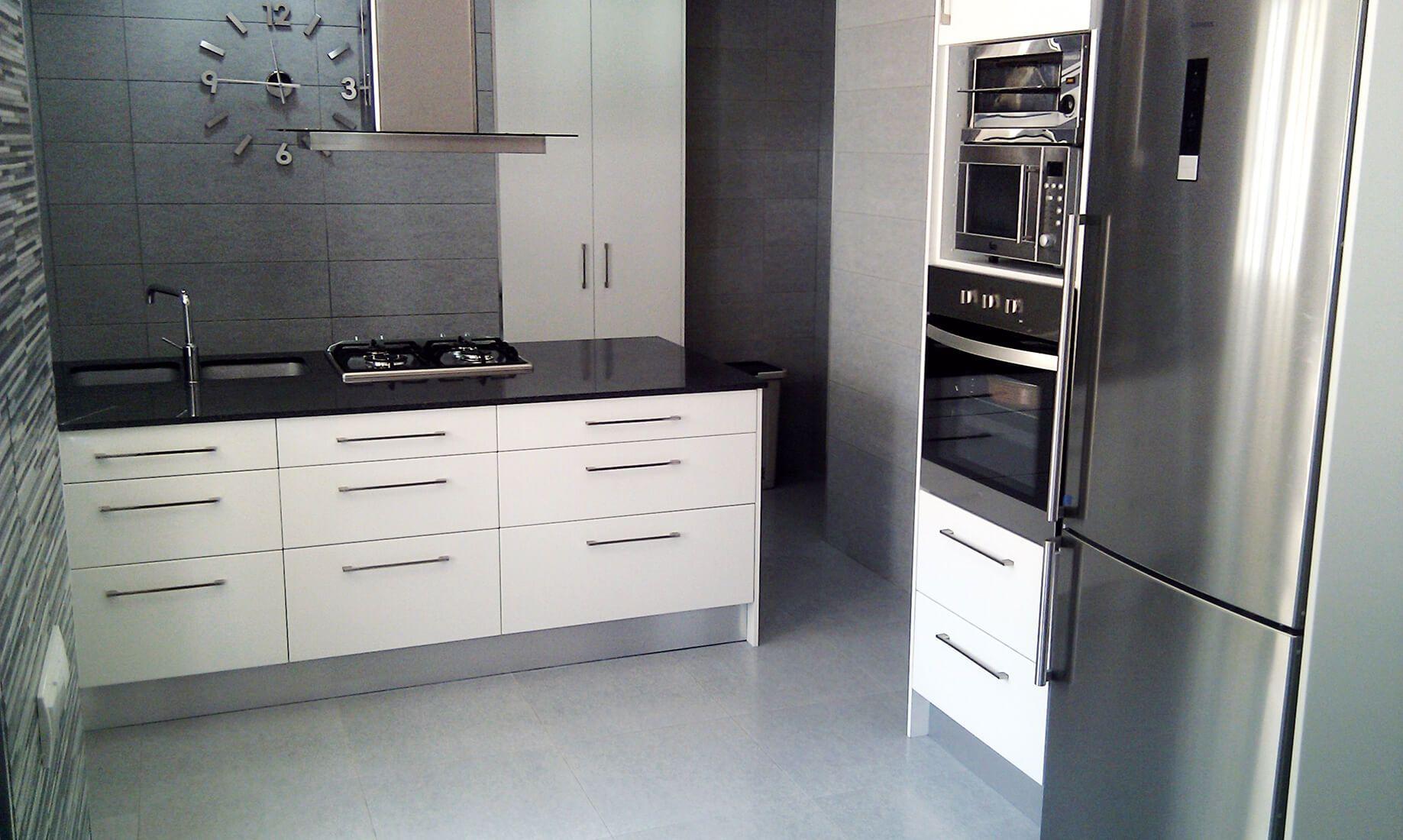 Cocina mueble blanco encimera negra granito home for Cocina blanca encimera granito negra