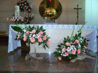 Kompozycje Na Oltarz Anturium Margaretki Gozdziki Church Flower Arrangements Church Decor Altar Decorations