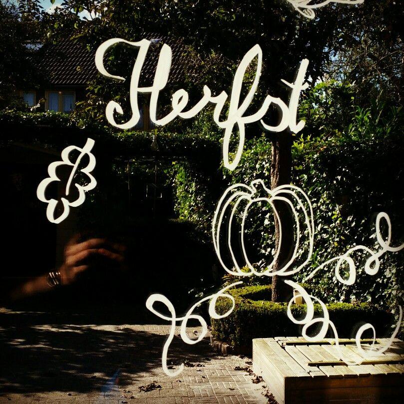 Herfst in huis gehaald! Met deze krijtstift tekening. Van een mooie pompoen en bladeren. Zolang het maar niet veel regend hoor je mij niet klagen!!  #Krijtstift #fall #herfst #raamtekening #autumn #fall krijtstifttekening chalkboard chalkmarker chalkwriter windowpainting windowart  facebook.com/krijtstift -Verkoop en ideeën van Krijtstiften- raamtekening raam tekenen raamtekeningen raam doodle doodles