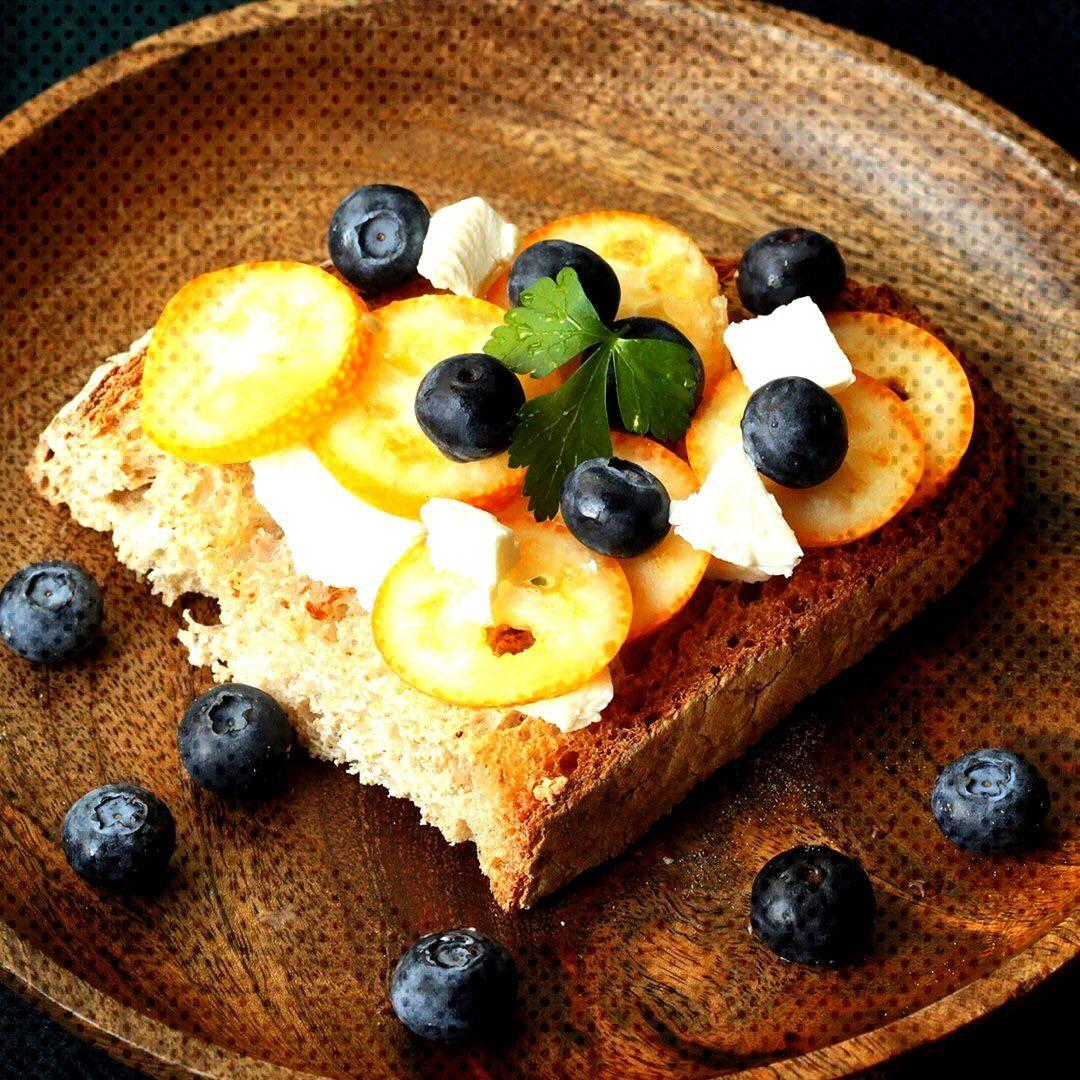 金柑とブルーベリーのオープンサンド。クリームチーズがとても合います