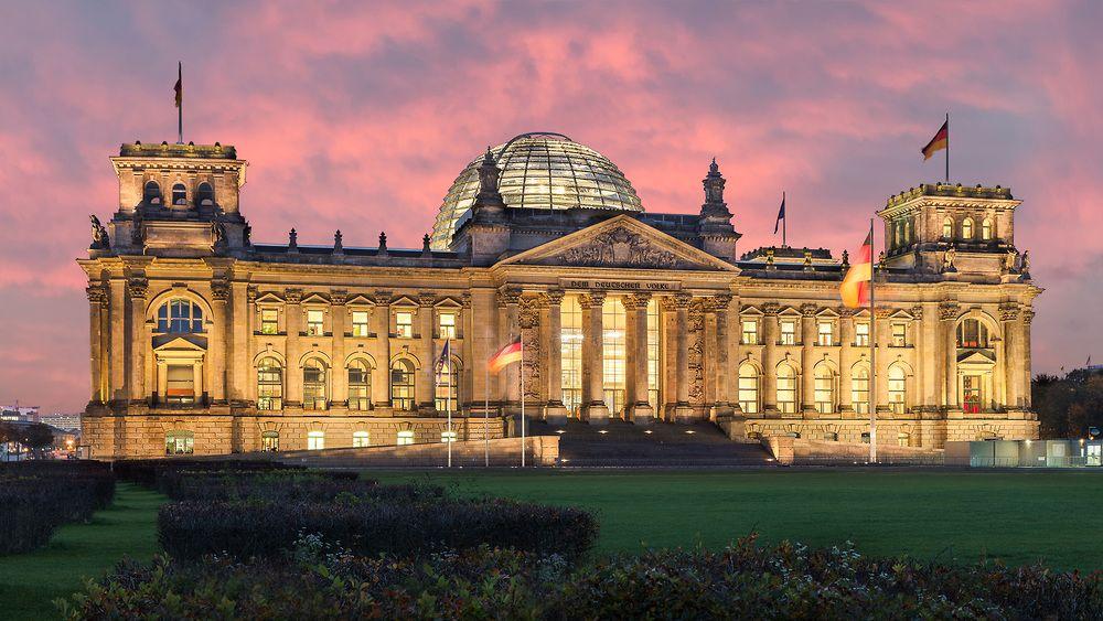 Das Reichstagsgebaude Ist Eine Der Meistbesuchten Sehenswurdigkeiten Berlins Vor Allem Die Glaserne Kuppel Ist Eine Attraktio Reichstagsgebaude Gebaude Berlin