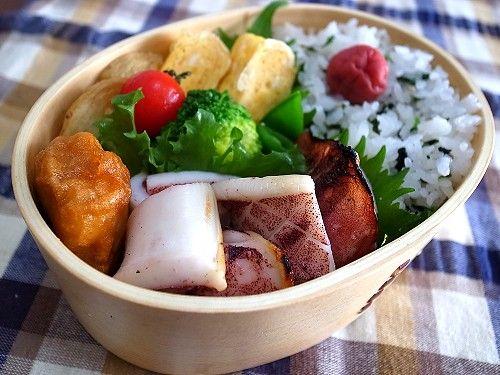 イカのグリル焼き 若菜混ぜご飯 甘い玉子焼き ポテトフライ 若鶏の唐揚げ スナップエンドウ&ブロッコリー(塩茹で) プチトマト