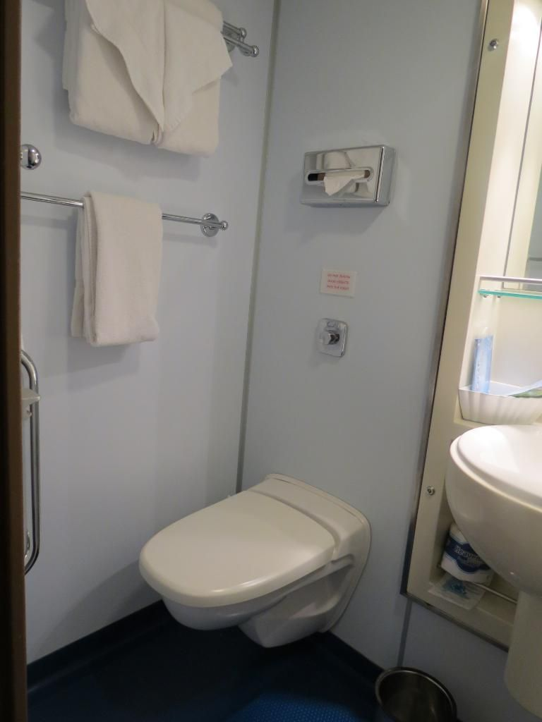 Cruising Baños Yup Actual Size Too Lol Cruise Ship Bathroom Hotel Crucero