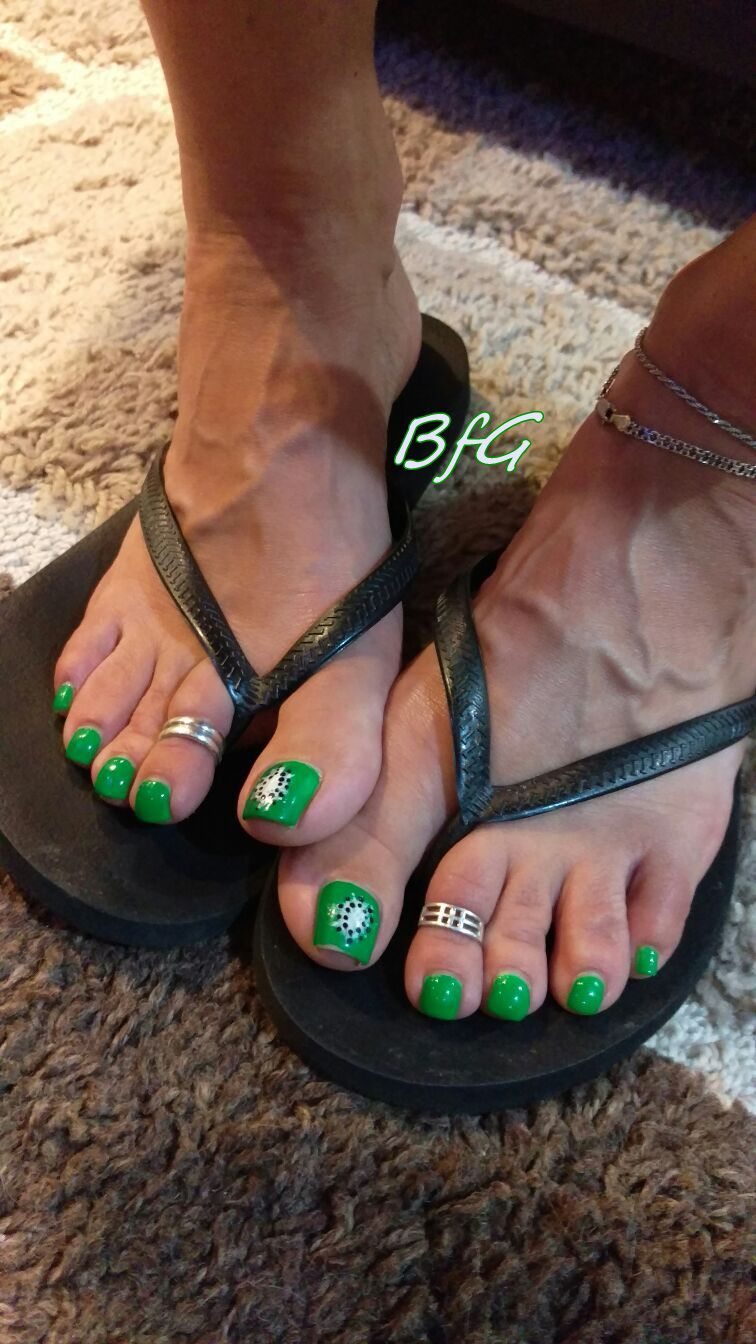 6d2e69720a28 Sandals   Green Pedicure