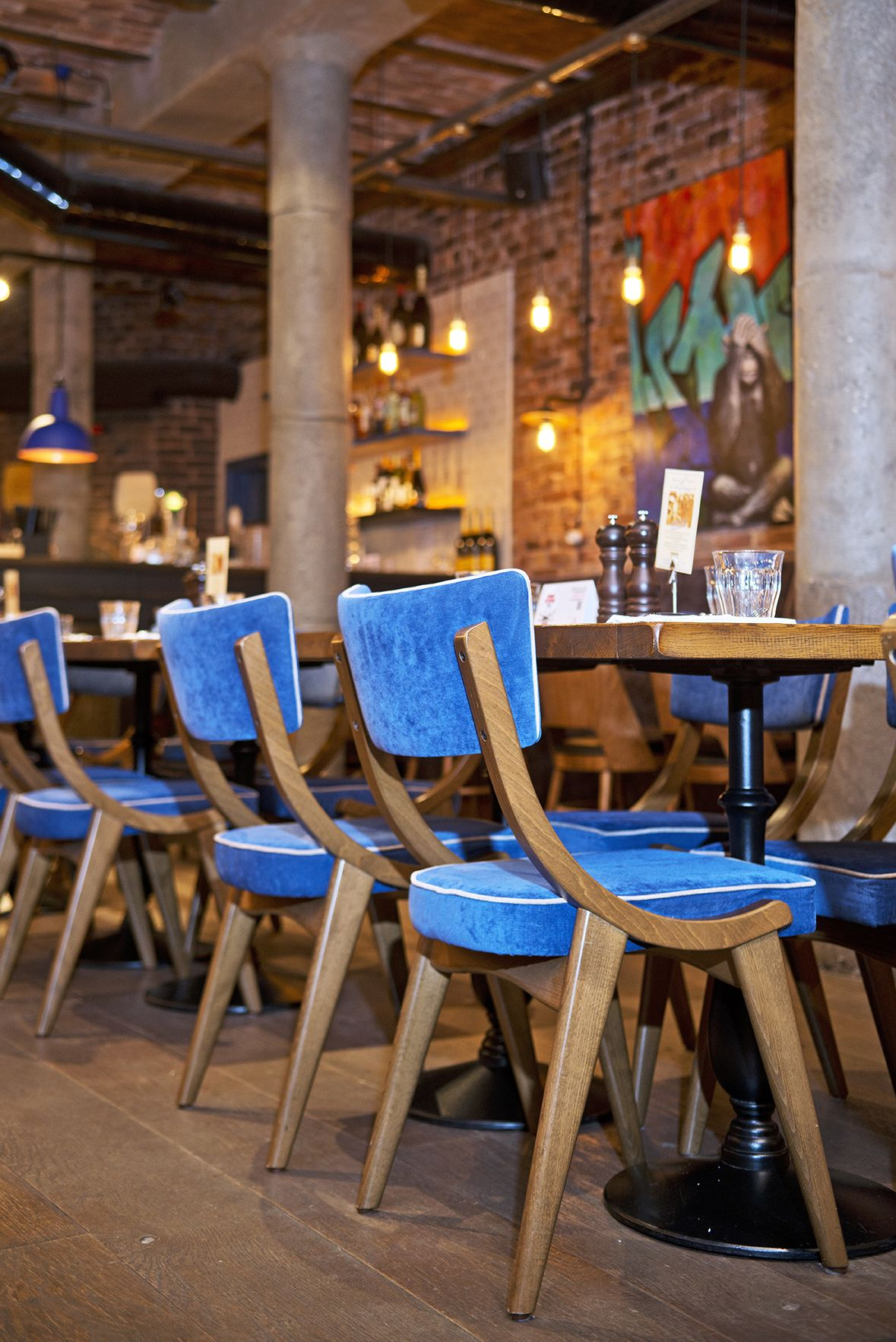 blue suede chairs. Restaurant interieur, Restaurant