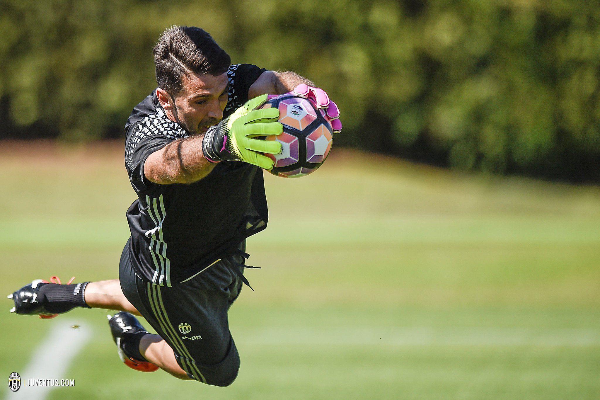 """JuventusFC on Twitter: """".@Fedej10 il capitano è sempre il capitano! ⚪⚫✌️ https://t.co/DkP9AZnXjJ"""""""