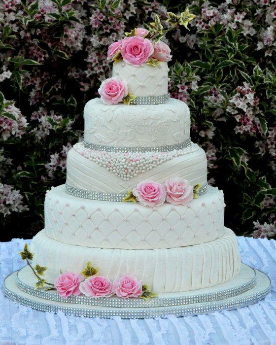 Torta nuziale bianca e rosa torta nuziale a piani con for Piani di fattoria bianca