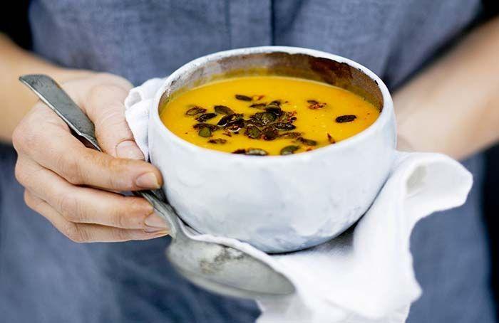 Kurpitsa-kookoskeiton resepti: Pehmeä kurpitsakeitto saa potkua tulisesta siemenseoksesta. 4 annosta 1 kg myski- tai hokkaidokurpitsaa (talvikurpitsa) 1 keltasipuli 2 rkl öljyä 1 tl suolaa ½ tl korianterinsiemeniä 6 dl kasvis- …