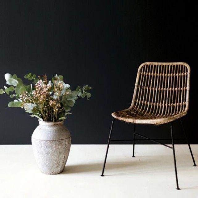 Chaise en rotin pieds métal #salleamangercocooning Chaise en rotin naturel. avec pieds métalliques noirs vendue à l'unité. Un design qui s'associe à une table de salle à manger en bois ou en métal. mais un modèle qui fera également une chaise de bureau confortable dans un intérieur scandinave. Dans la chambre. réhaussée d'un plaid en fourrure ou d'une peau de mouton. elle apportera chaleur et cocooning à la pièce. Voir toute la collection MokaDimension Produit : L 44 x P 55 #salleamangercocooning