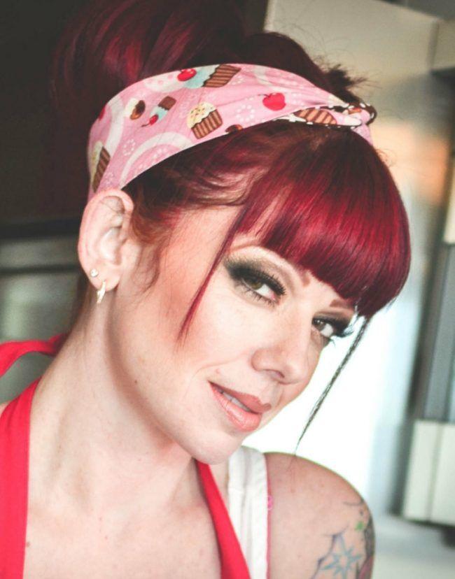 Frisuren Rockabilly Pony Straehnen Haarband Rote Haare Frisur