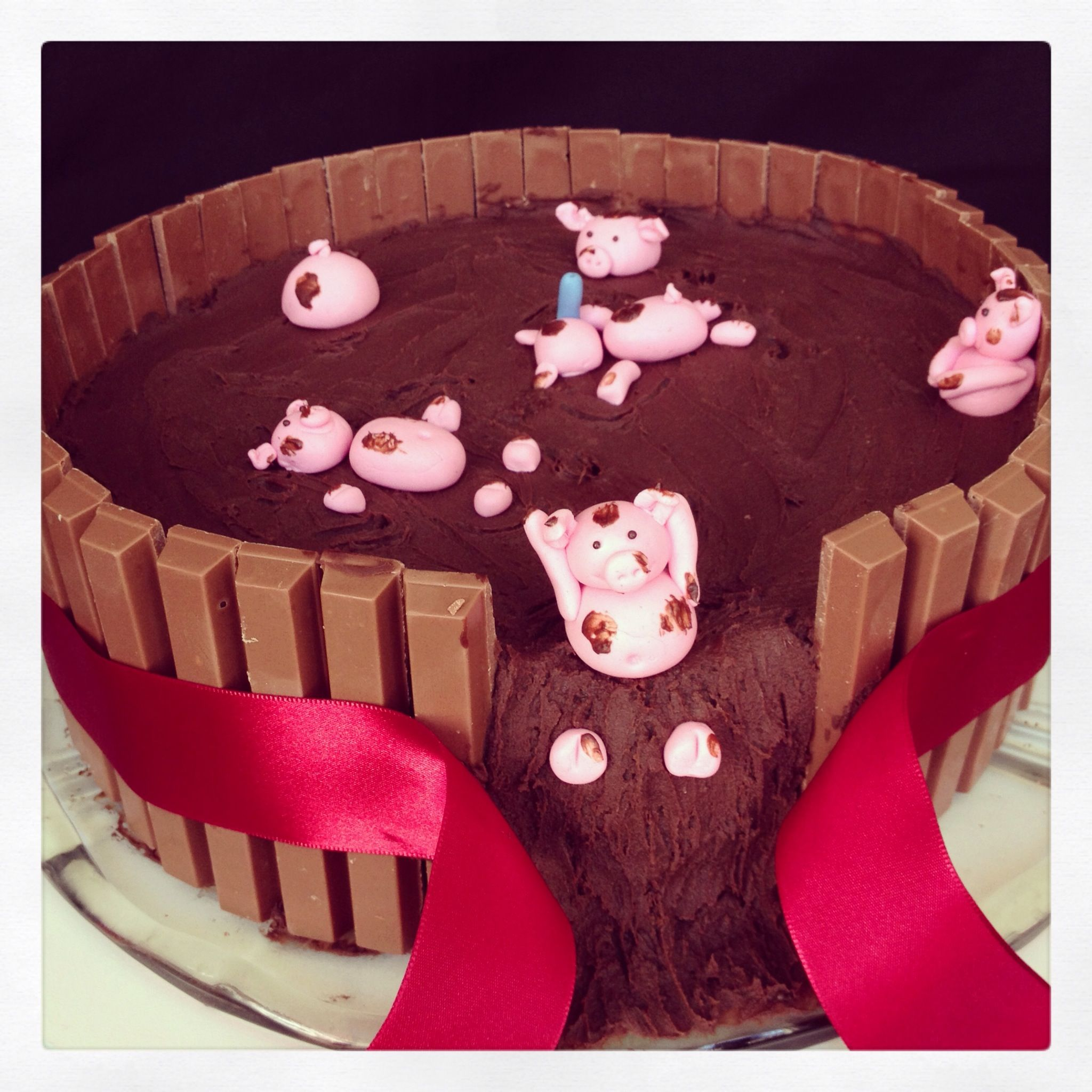 Kit kat cake with pigs, chocolate and strawberry! | bday ...