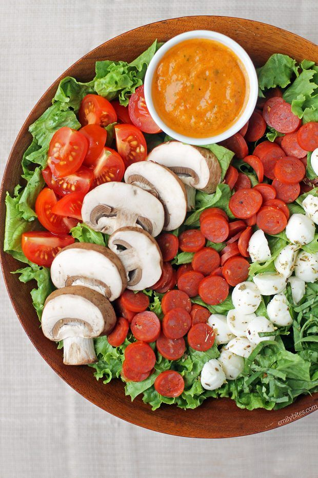 This Pepperoni Pizza Salad with Tomato Vinaigrette is perfect for lunches! Just 289 calories or 6 Weight Watchers SmartPoints. www.emilybites.com