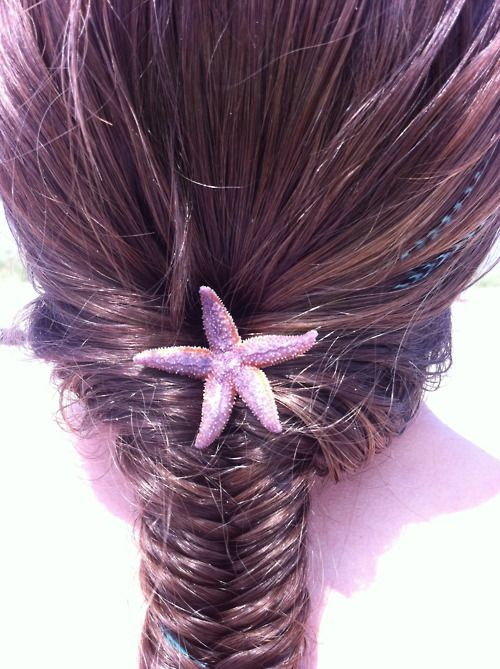 Cute starfish in hair for aquarium wedding
