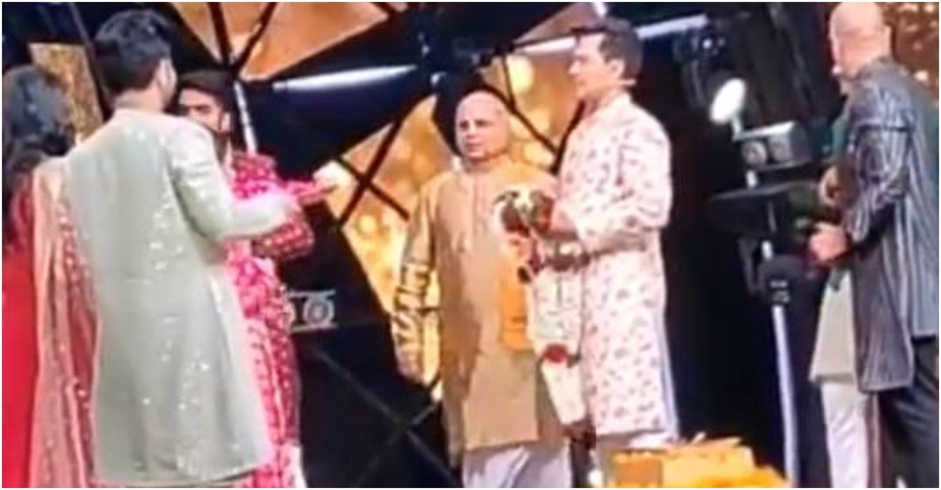 Neha And Aditya Wedding Neha Kakkar And Aditya Narayan Married On The Set Of Indian Idol 11 The Video Went Viral In 2020 Indian Idol Neha Kakkar Video Go