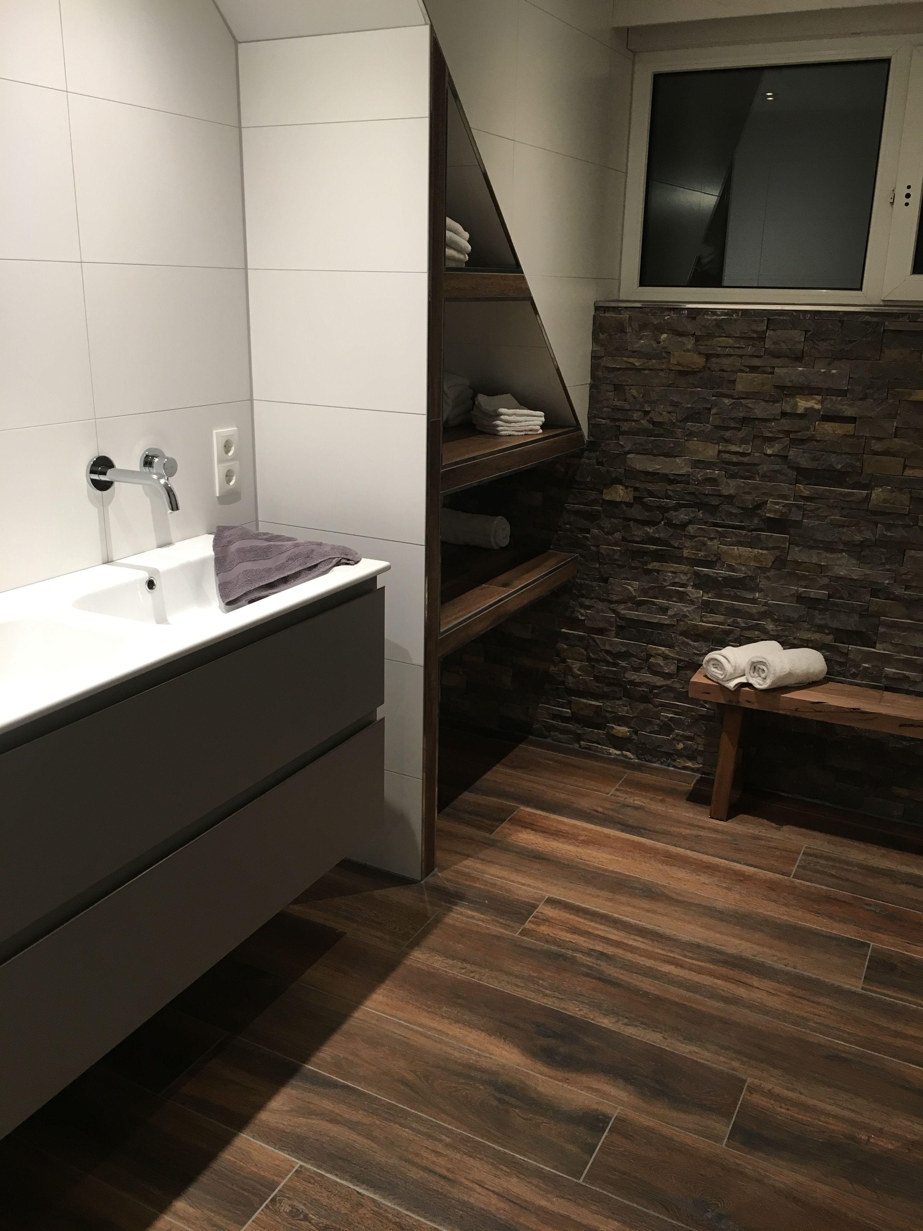 Robuuste landelijke badkamer steenstrips muurstrips ingebouwde ...