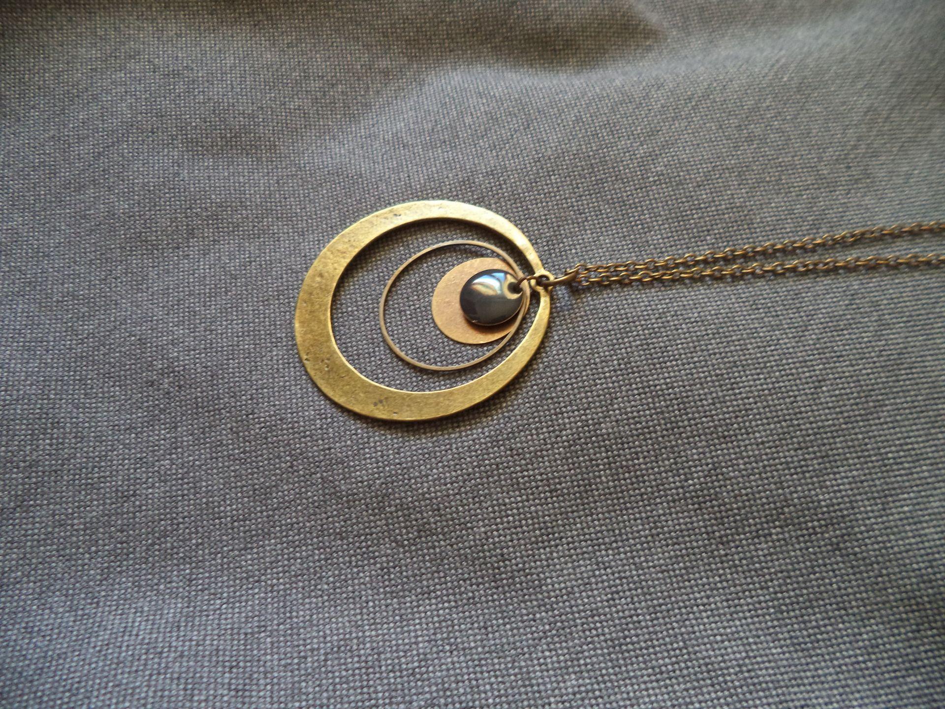 Sautoir fin de couleur bronze avec anneaux bronze, sequin émaillé gris : Collier par plumecreative