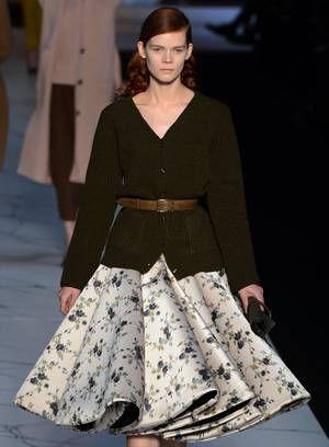 A grife Rochas apresentou um inverno bem feminino, com cintura marcada e saias volumosas Foto: Martin Bureau / AFP
