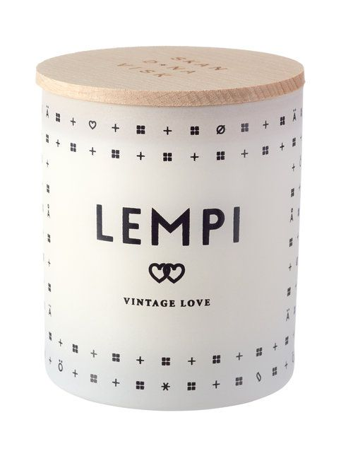 Lempi Vintage Love -kynttilän häpeämättömän romanttinen tuoksu tihkuu ruusua, mansikkaa ja kukkivaa pionia. Minimalistiseen puukorkkiseen lasipurkkiin pakattu kynttilä on valmistettu kasvivahasta. Kynttilän paloaika on n. 50 tuntia ja korkeus 8,5 cm.