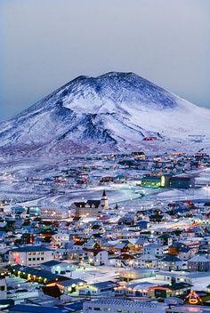 Usted puede esquiar una mantana en Iceland. Llevar la ropa abrigado por que hace frio. La ciudad es muy bonita.
