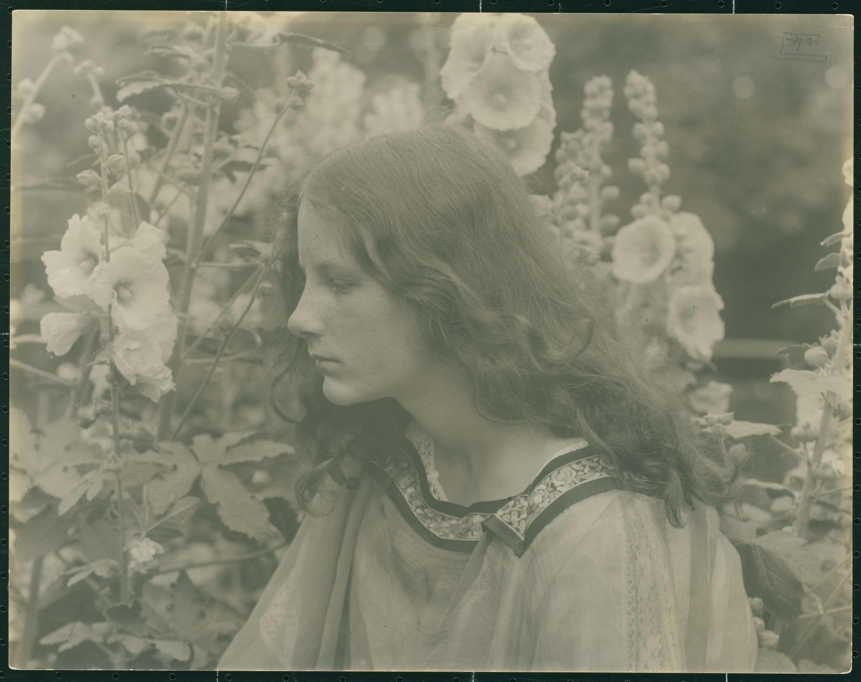 Portret van een vrouw tussen bloemen, Eva Watson-Schütze, ca. 1910