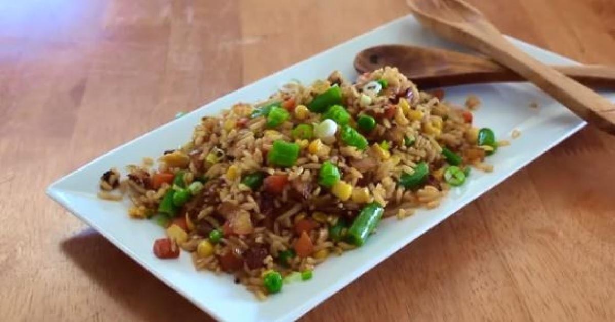 cuisinez un d licieux riz frit asiatique aux l gumes en moins de 15 minutes mets chinois. Black Bedroom Furniture Sets. Home Design Ideas