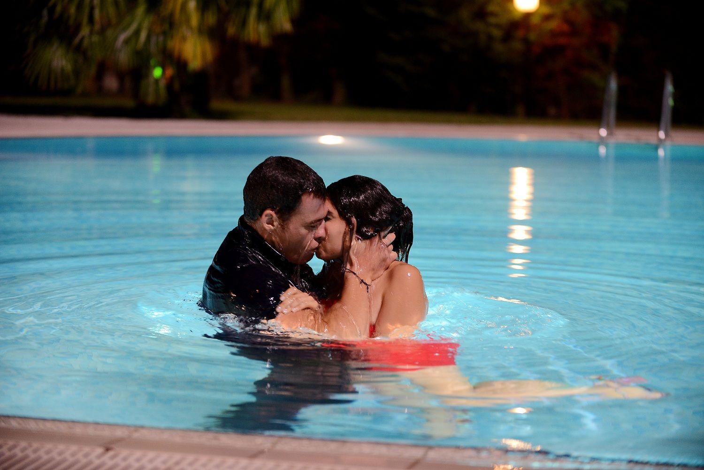 любовные поцелуи возле бассейна представляете
