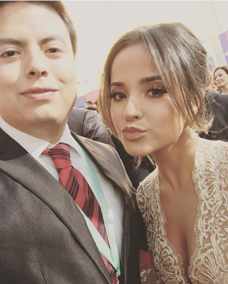 📷@iambeckyg with a fan at the #LatinGrammy awards. (11/17/16)