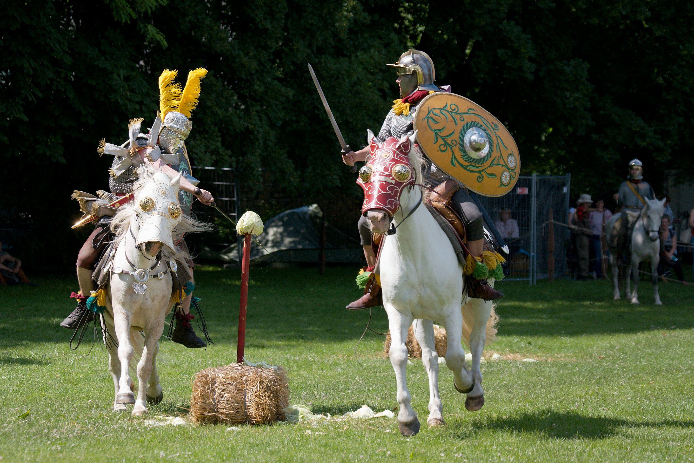 Roman cavalry reenactment Carnuntum 2008 09.jpg
