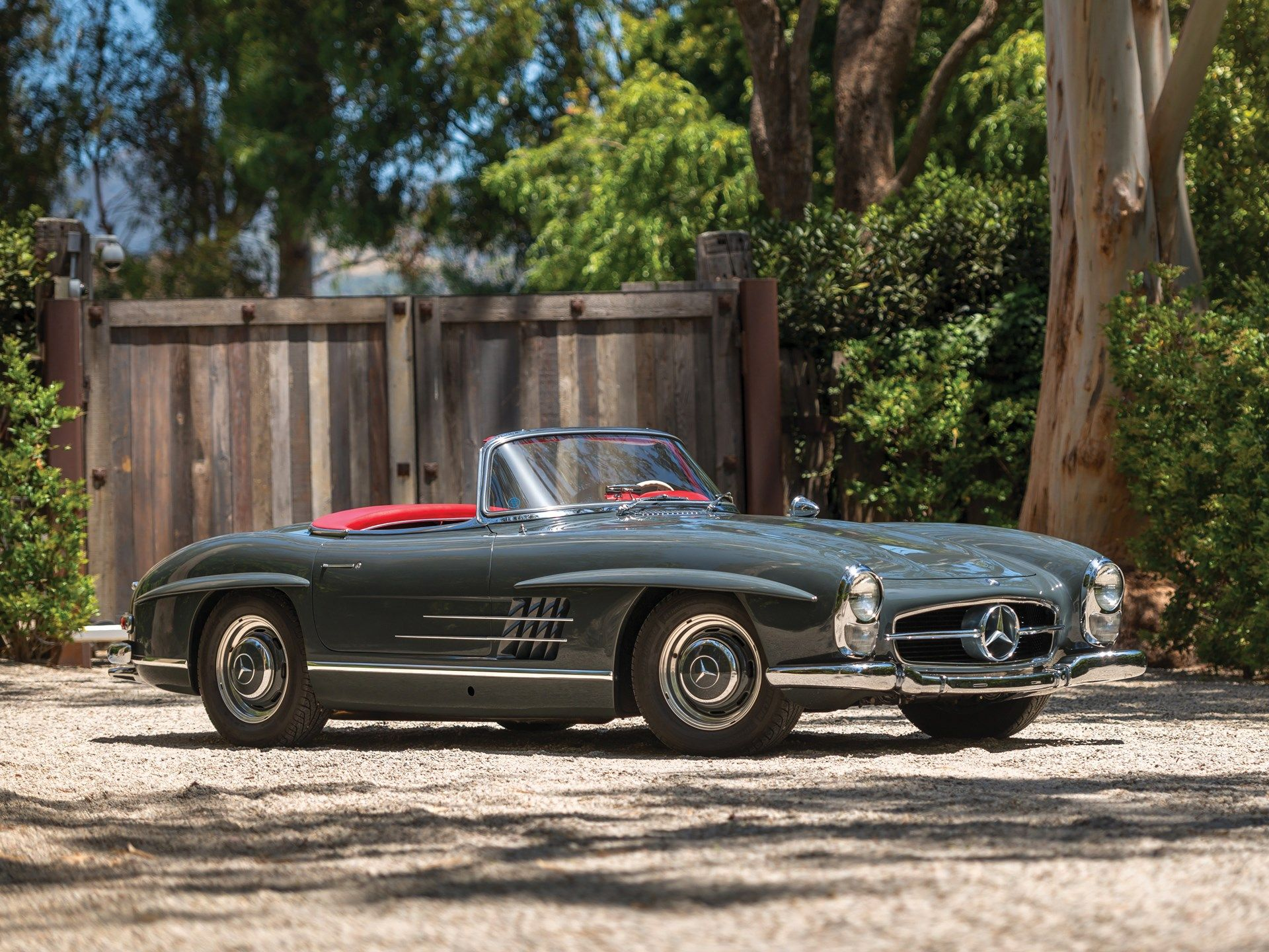 The Introduction Of The Mercedes Benz 300 Sl Was A Hugely Important Moment For Mercedes Benz And Served To Further Cement Mercedes Benz 300 Mercedes Benz Benz