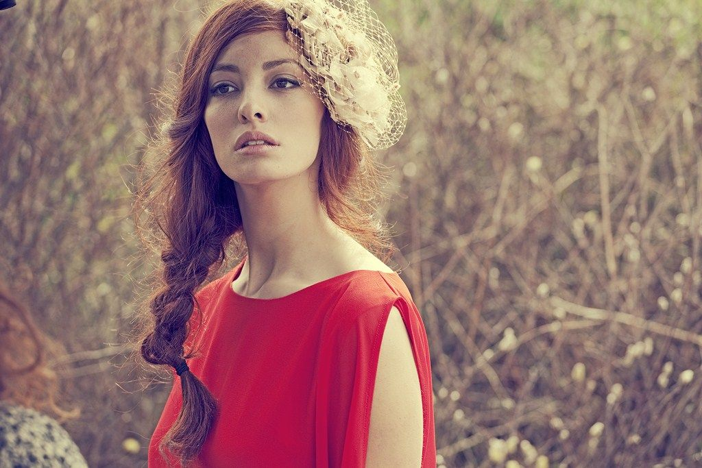 Apparentia P/Verano 2013. Look compuesto por vestido rojo de Rosa Palo y tocado beige de BohoChic Tocados.