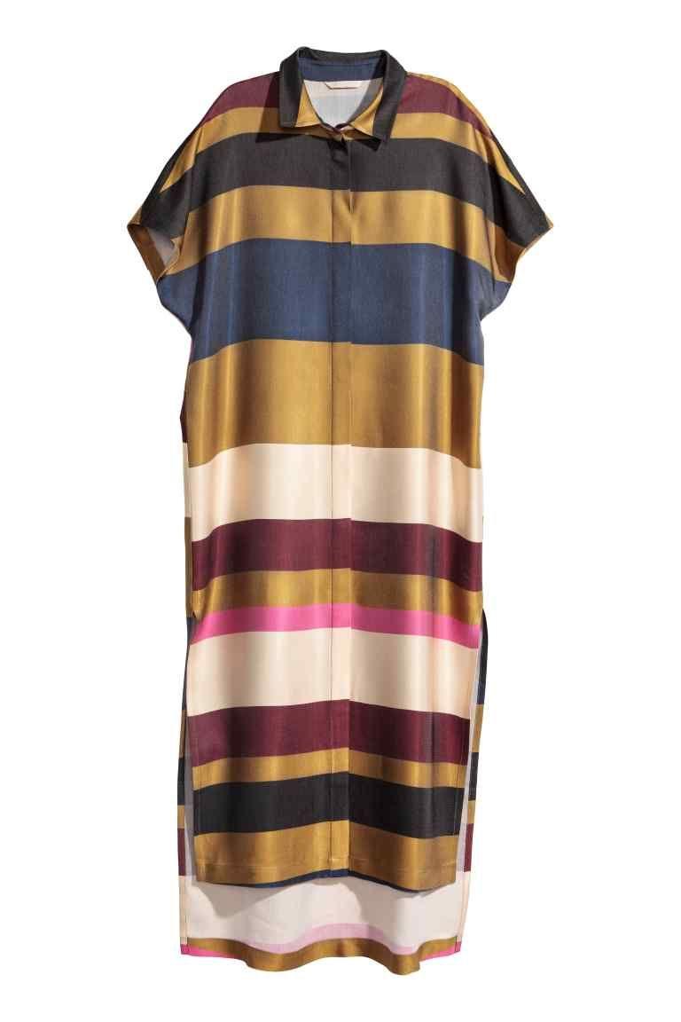 9fa2ad3b2 Vestido camiseiro às riscas  Vestido camiseiro comprido e de corte a direito  em tecido com ligeiro brilho. Tem colarinho