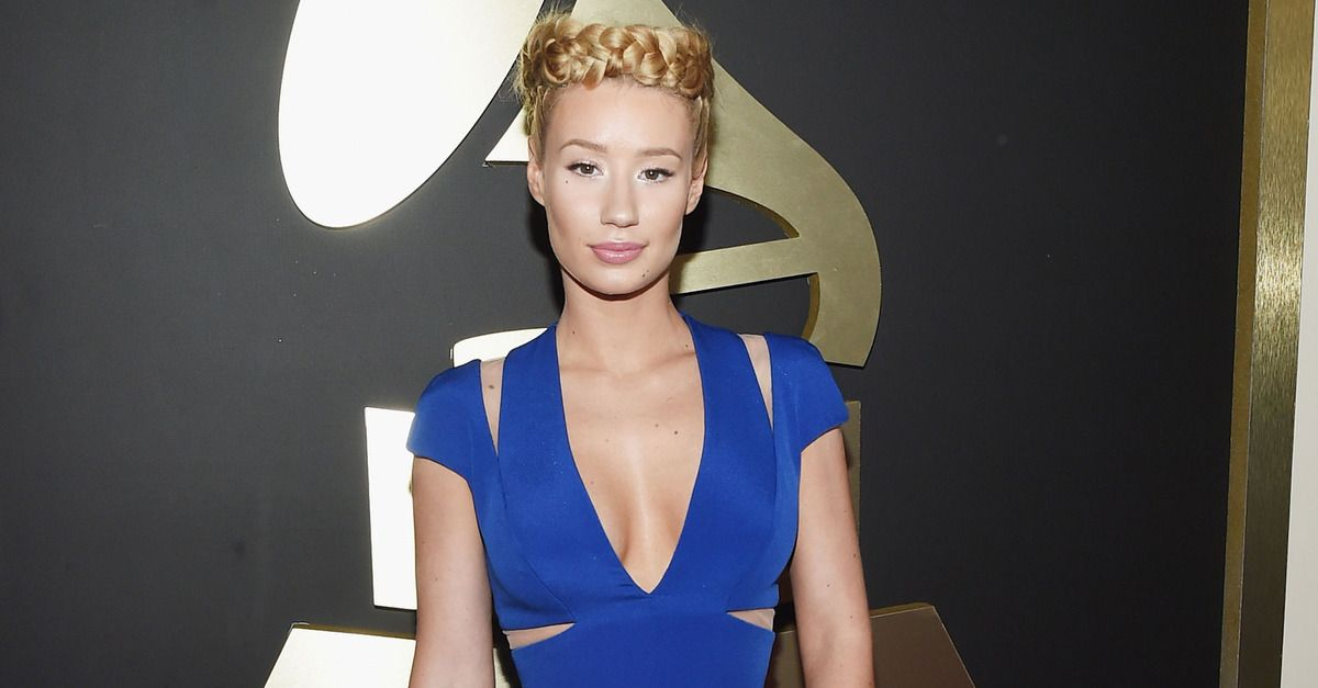 Iggy Azalea vents her frustrations with Papa Johns on Twitter during the Grammys.