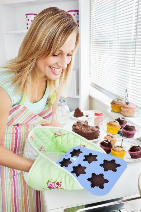 I like that potholder and would like to try to make.......k ---   ---- Amazon.com: Silicone Snowflake Mold: Non-Stick Baking, Chocolate, Ice, Muffins & Soap⎟Oven-Microwave-Freezer-Dishwasher Safe⎟6 Cavity Mold⎟Ships from USA: Kitchen & Dining
