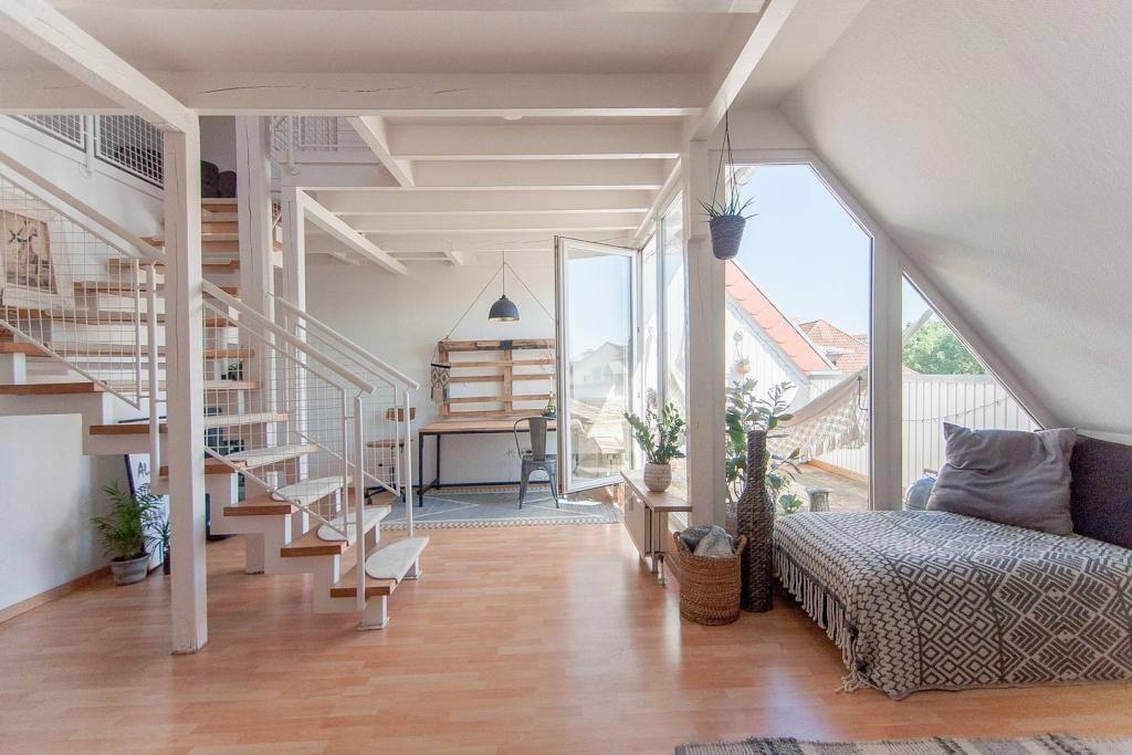 wundersch ner ess wohnbereich einer dachgeschosswohnung. Black Bedroom Furniture Sets. Home Design Ideas