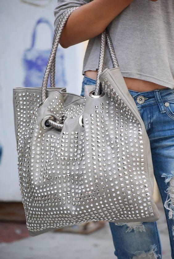 5788da23aea Descubre cómo puedes decorar tu bolso con #pedreria #strass para que seas  la reina