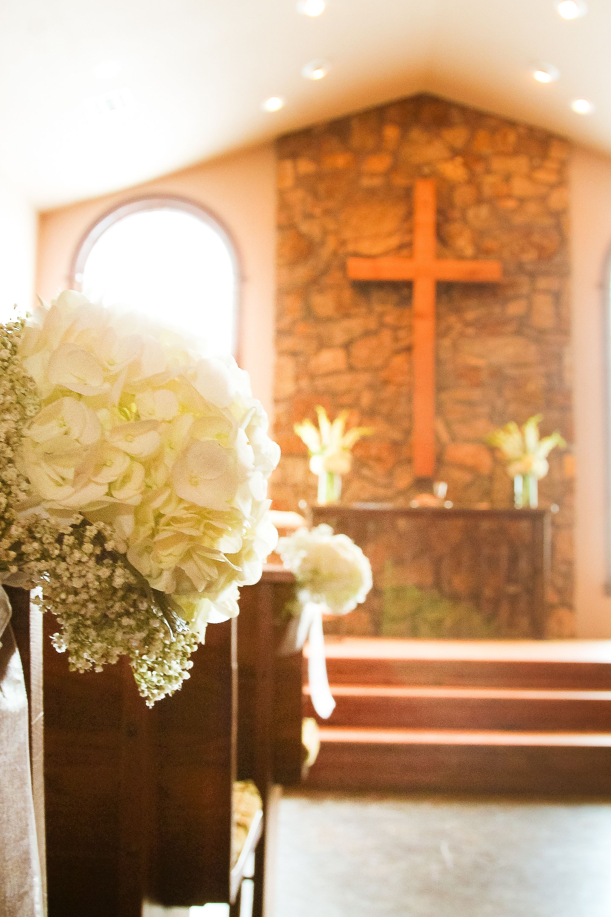 Aisle Marker featuring White Hydrangea and Babies Breath ~~ Photography: Jane Ray Photography