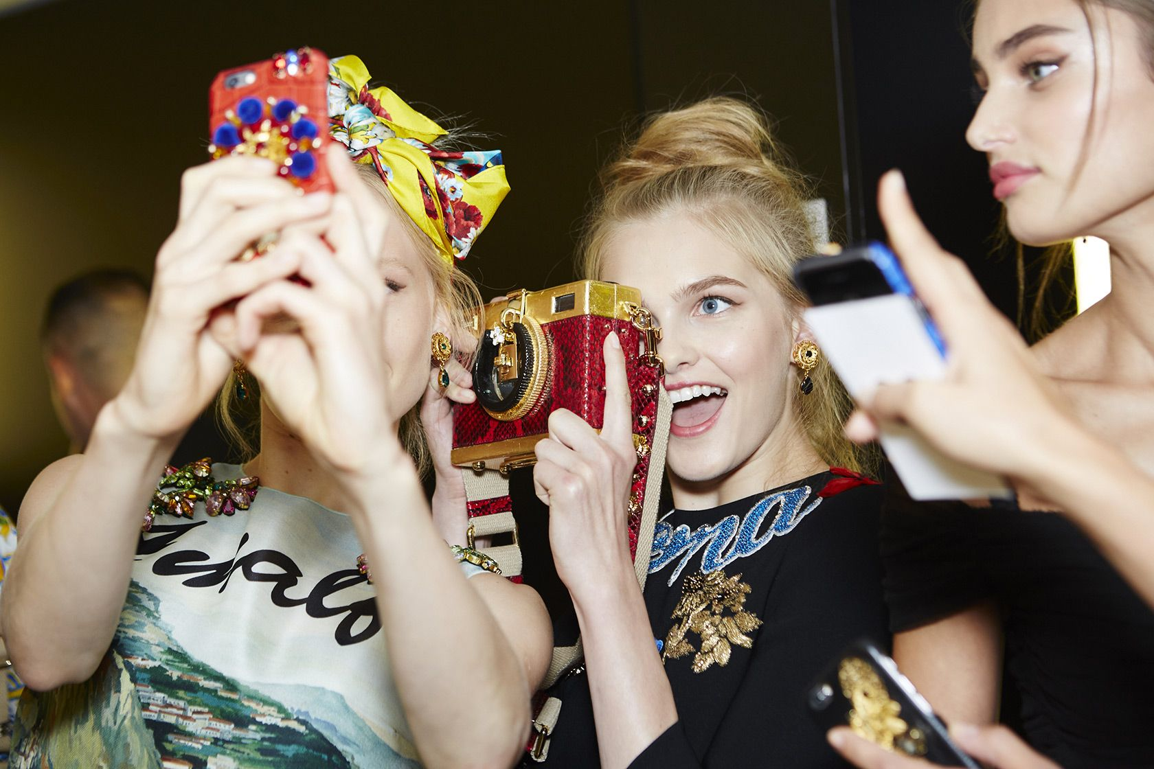dolce-and-gabbana-summer-2016-women-fashion-show-backstage-41
