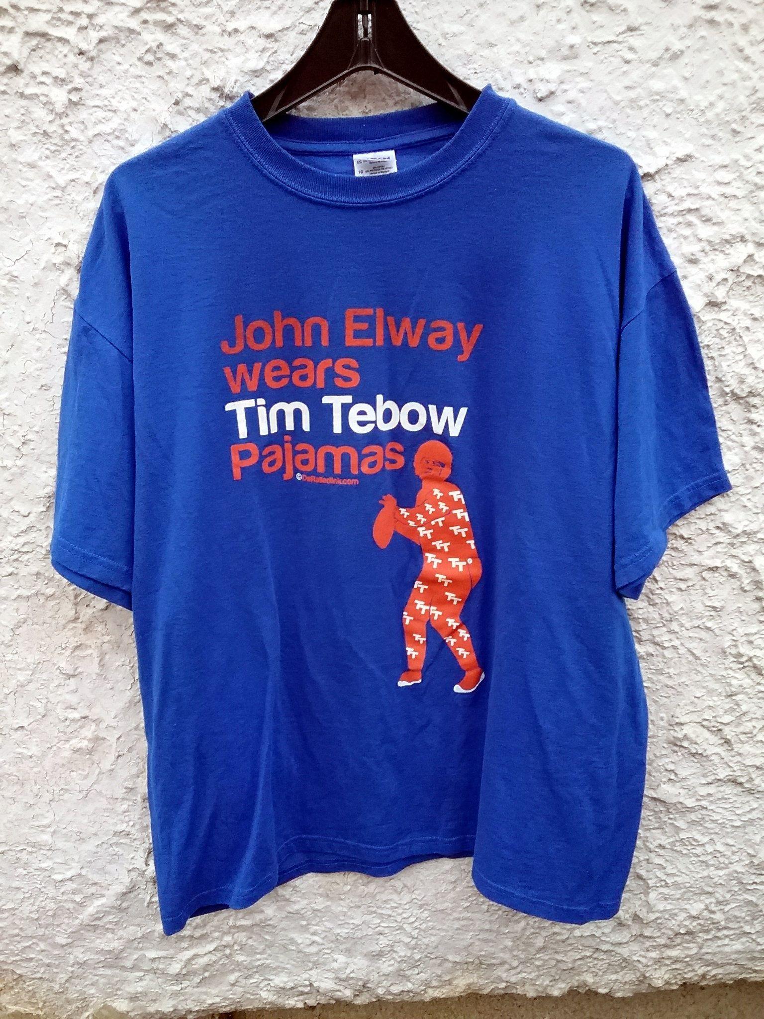 John Elway Wears Tim Tebow Pajamas t Shirt Derailed Mens XL tee denver   tshirt  vintage  johnelway  timtebow  football  broncos 8e4a245f8