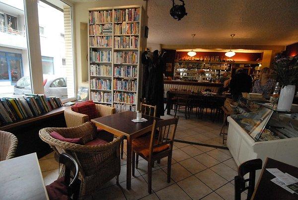 Essen Und Trinken In Koln In Diese 10 Cafes Fluchten Wir Gerne Bei Regenwetter Home Decor Decor Home