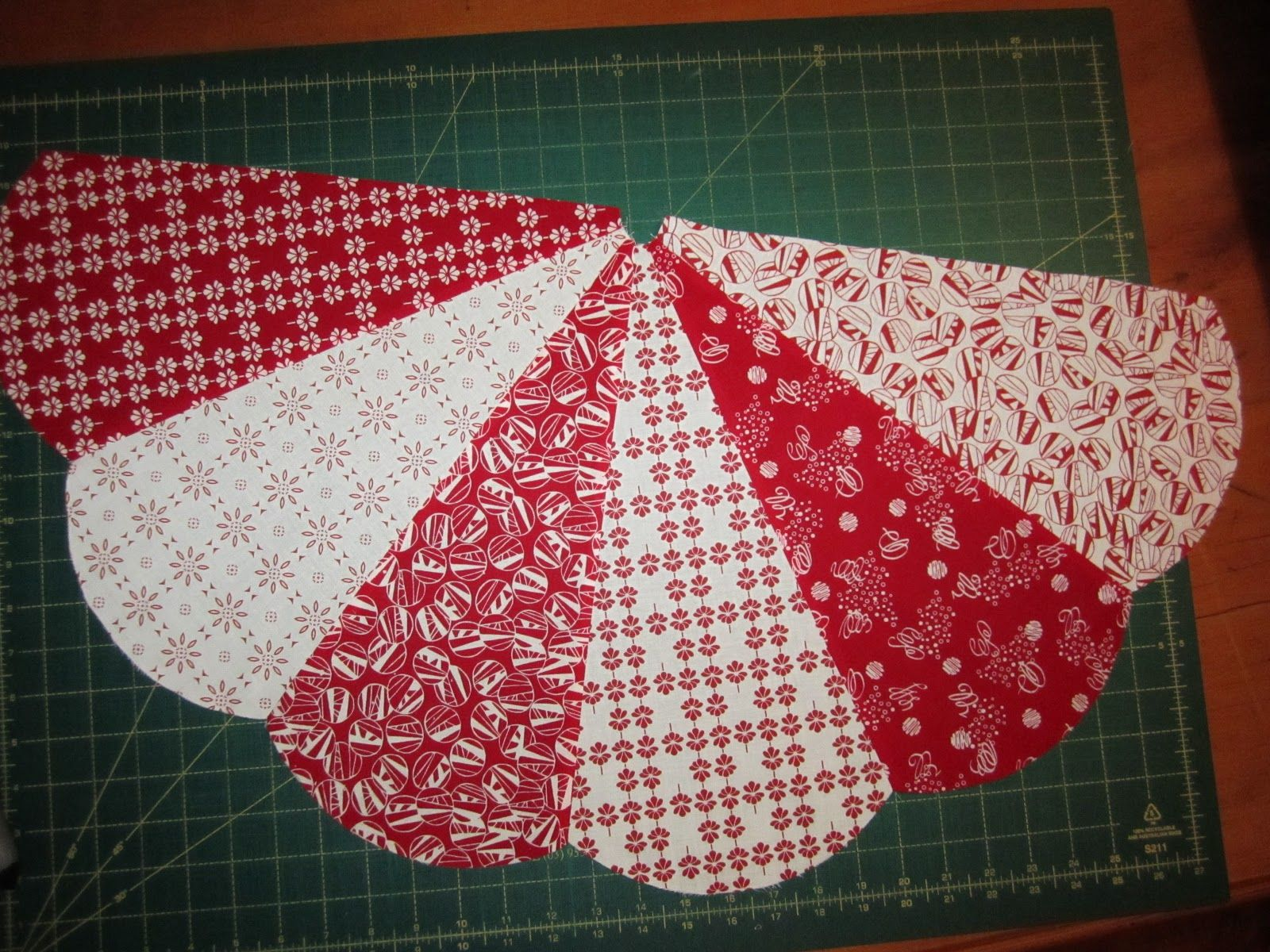 free easy christmas tree skirt patterns | Sunday's Quilts ... : christmas tree skirt pattern quilt free - Adamdwight.com