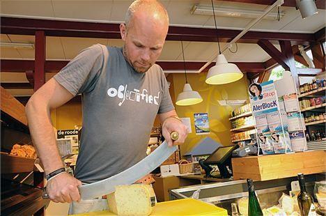 Kaashandel in Harlingen met biologische levensmiddelen.