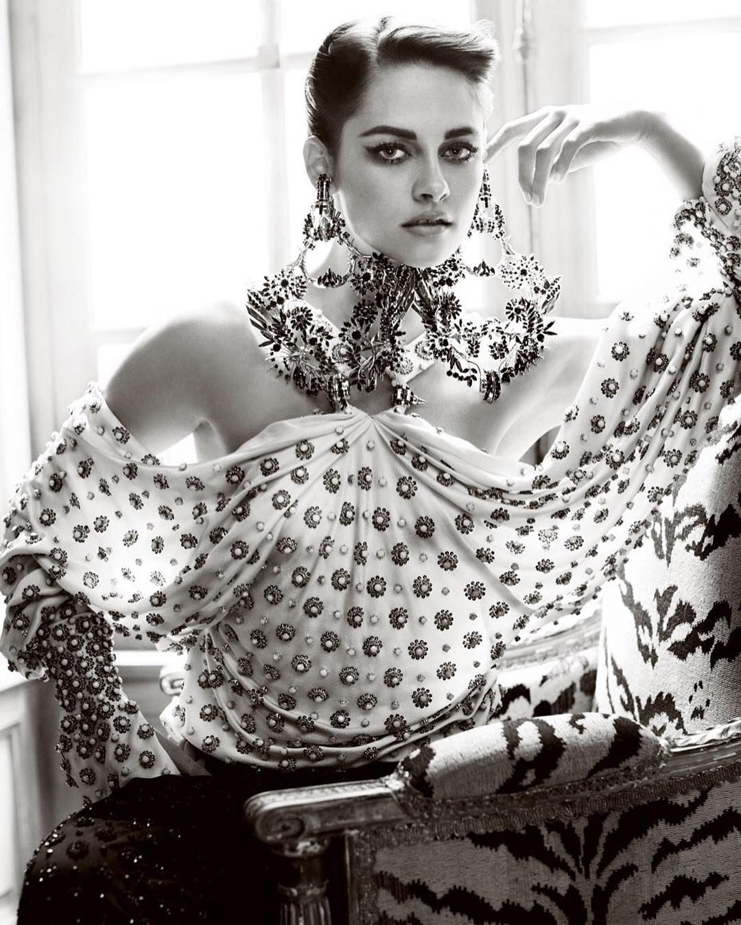 Quem também nasceu em um 09.04 é Kristen Stewart! A atriz completa hoje 26 anos como uma das queridinhas de Karl Lagerfeld. Happy birthday Kristen! (Foto: @mariotestino para @vanityfair) #kristenstewart by voguebrasil