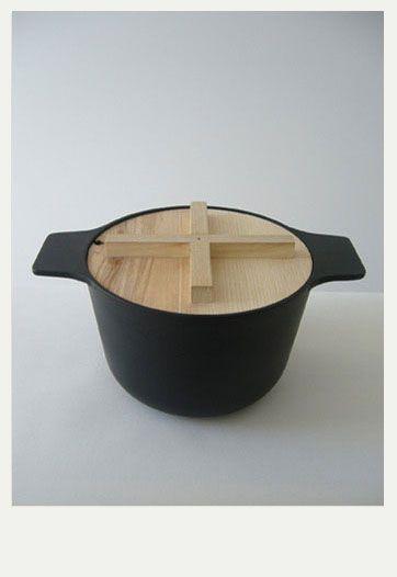 냄비 뚜껑이 나무로 되어있어 요리하는 도중 뚜껑을 열때 손을 데일 위험이 적어 좋은 디자인 같습니다.
