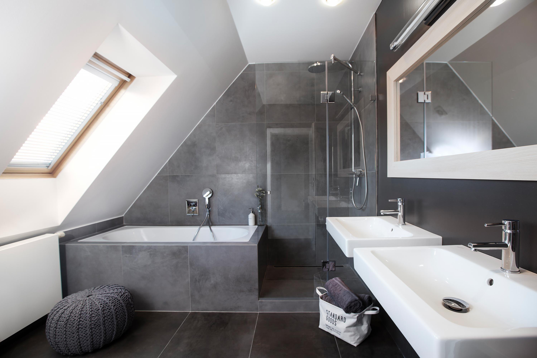 Baignoire Sous Les Combles shower and bath in awkward corner | idée salle de bain