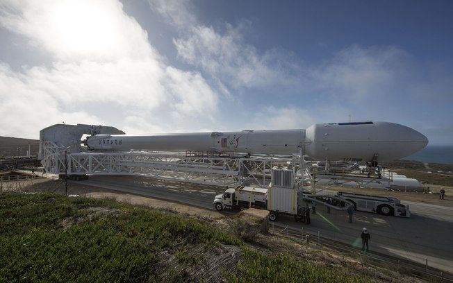 Foguete SpaceX Falcon 9 chegando à Estação da Força Aérea . Foto: Divulgação