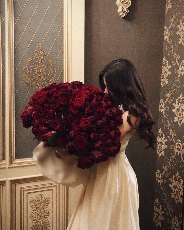 Картинка брюнетка с букетом роз