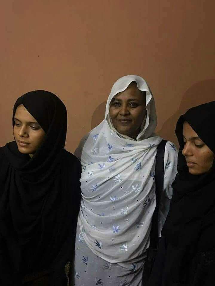 صورة للحبيبة الدكتورة مريم المنصورة وهى مع بنات الراحلة السيدة أديبة رحمها الله رحمةً وآسعة وأحسن إليها